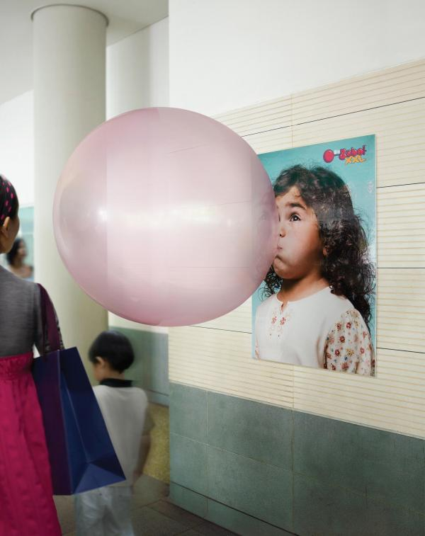 Reklama gumy do żucia Big Babol. Wielkiego różowego balona nie da się przeoczyć nawet w zatłoczonym metrze