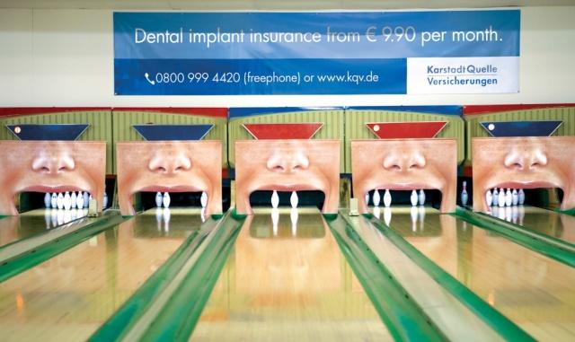 """Genialny pomysł reklamowy - tracące """"zęby"""" buźki przekonują, że może warto ubezpieczyć się na wypadek utraty uzębienia w firmie oferującej implanty stomatologiczne"""