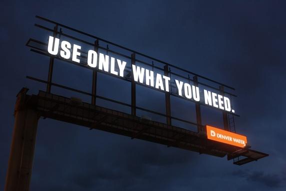 """""""używaj tylko tyle ile potrzebujesz"""" - reklama wodociągów w Denver. Bardzo wymowna, szczególnie po zmroku"""